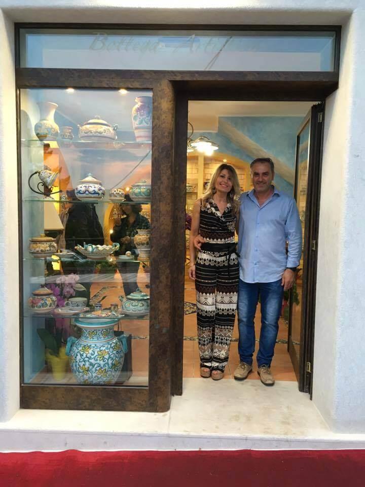 Sabrina de Ieso davanti alla vetrina del negozio bottega artistica
